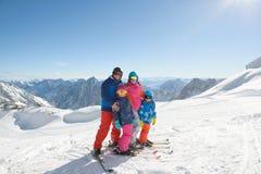 Familia feliz que disfruta de vacaciones del invierno en montañas Foto de archivo libre de regalías