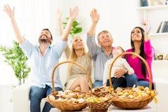 Familia feliz que disfruta del gusto de los pasteles Foto de archivo libre de regalías