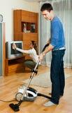 Familia feliz que hace el quehacer doméstico junto Imagenes de archivo