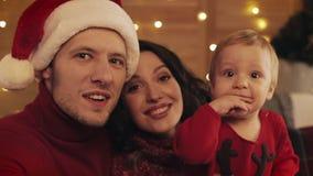 Familia feliz que hace el selfie en casa en el fondo del árbol de navidad Concepto de la celebración de la Navidad del Año Nuevo  metrajes