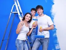 Familia feliz que hace la renovación Imágenes de archivo libres de regalías