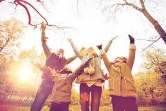 Familia feliz que juega con las hojas de otoño en parque Foto de archivo