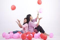 Familia feliz que juega con los globos Foto de archivo libre de regalías