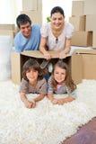 Familia feliz que juega con los rectángulos Foto de archivo libre de regalías