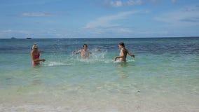 Familia feliz que juega en el mar almacen de metraje de vídeo