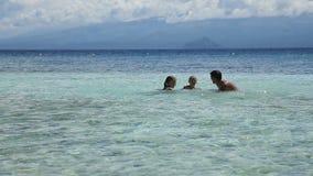 Familia feliz que juega en el mar almacen de video
