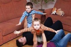 Familia feliz que juega en el país Foto de archivo libre de regalías