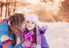 Familia feliz que juega en invierno fotografía de archivo
