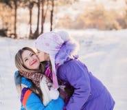Familia feliz que juega en invierno imagen de archivo libre de regalías