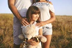 Familia feliz que juega en la naturaleza en verano en la puesta del sol imágenes de archivo libres de regalías