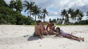 Familia feliz que juega en la playa en el tiempo del día metrajes