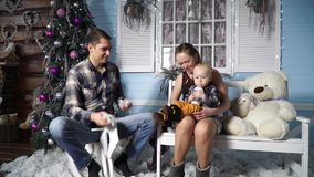 Familia feliz que lanza nieve artificial metrajes