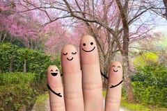 Familia feliz que lleva a cabo las manos. viaje, estafa de la protección del medio ambiente Imagen de archivo