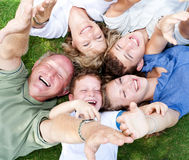 Familia feliz que miente como círculo fotografía de archivo libre de regalías