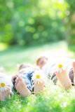 Familia feliz que miente en hierba Imagen de archivo libre de regalías