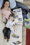 Familia feliz que mira las fotos en el país Imagen de archivo libre de regalías