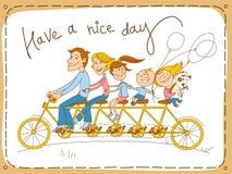 Familia feliz que monta una bicicleta en tándem Imagen de archivo libre de regalías
