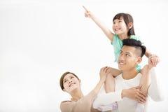 Familia feliz que parece ausente y el señalar Imagen de archivo libre de regalías