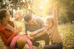 Familia feliz que pasa el tiempo junto al aire libre Fotografía de archivo libre de regalías