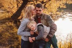 Familia feliz que pasa el tiempo junto al aire libre Captura de la forma de vida, escena acogedora rural foto de archivo