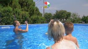 Familia feliz que pasa tiempo en la piscina