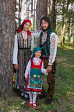 Familia feliz que presenta en traje búlgaro fotografía de archivo libre de regalías