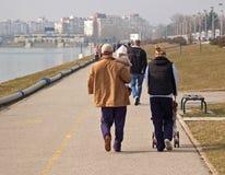Familia feliz que recorre en la 'promenade' Imagenes de archivo