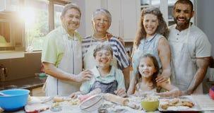 Familia feliz que se coloca en la cocina en casa 4k metrajes