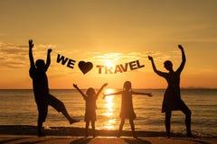 Familia feliz que se coloca en la playa Imágenes de archivo libres de regalías