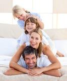 Familia feliz que se divierte Foto de archivo libre de regalías