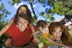Familia feliz que se divierte afuera en parque Imagen de archivo