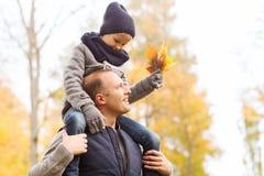 Familia feliz que se divierte en parque del otoño Fotografía de archivo libre de regalías