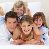 Familia feliz que se divierte junto Imágenes de archivo libres de regalías