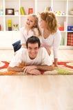 Familia feliz que se divierte junto Foto de archivo libre de regalías
