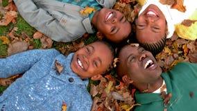 Familia feliz que se divierte junto almacen de metraje de vídeo
