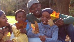 Familia feliz que se divierte junto almacen de video