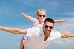 Familia feliz que se divierte sobre fondo del cielo azul Foto de archivo libre de regalías