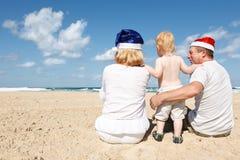 Familia feliz que se reclina sobre el mar Fotos de archivo libres de regalías