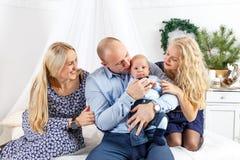 Familia feliz que se sienta en cama Fotos de archivo libres de regalías
