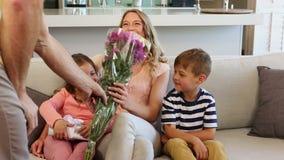Familia feliz que se sienta en el sofá almacen de video