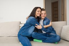 Familia feliz que se sienta en el sofá y que usa la tableta digital en casa Fotos de archivo libres de regalías
