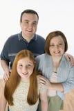 Familia feliz que sonríe junto Imagen de archivo