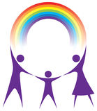 Familia feliz que sostiene un arco iris en sus manos. Foto de archivo
