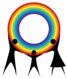 Familia feliz que sostiene un arco iris en sus manos. Imagen de archivo libre de regalías