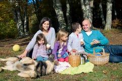 Familia feliz que tiene comida campestre Foto de archivo libre de regalías