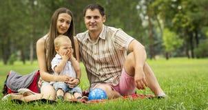 Familia feliz que tiene comida campestre Imagen de archivo libre de regalías