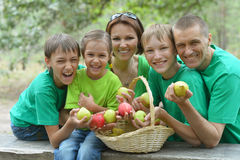 Familia feliz que tiene comida campestre en parque Fotos de archivo