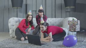 Familia feliz que tiene conversaci?n video en casa almacen de metraje de vídeo