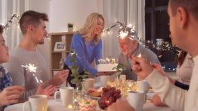 Familia feliz que tiene fiesta de cumpleaños en casa almacen de metraje de vídeo