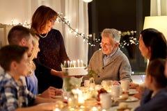 Familia feliz que tiene fiesta de cumpleaños en casa imagen de archivo